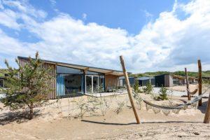 Bijzondere Overnachting Slapen op het strand in een strandhuisje roompot qurios bloemendaal aan zee-6
